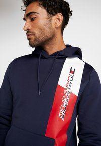 Tommy Sport - GRAPHIC FLAG  - Jersey con capucha - sport navy - 4