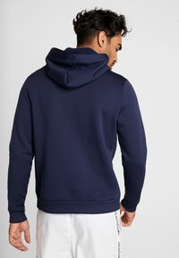 Tommy Sport - GRAPHIC FLAG  - Jersey con capucha - sport navy - 2