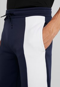 Tommy Sport - GRAPHIC FLAG - Pantalon de survêtement - sport navy - 3