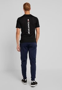 Tommy Sport - GRAPHIC FLAG - Pantalon de survêtement - sport navy - 2
