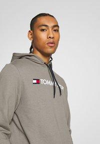 Tommy Sport - HOODY LOGO  - Bluza z kapturem - grey - 3