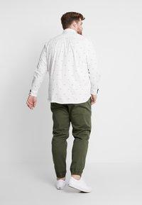 TOM TAILOR MEN PLUS - CONVERSATIONAL - Overhemd - white/navy - 2