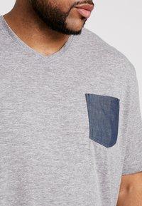TOM TAILOR MEN PLUS - WITH POCKET - T-shirt print - sky captain blue/white melange - 5