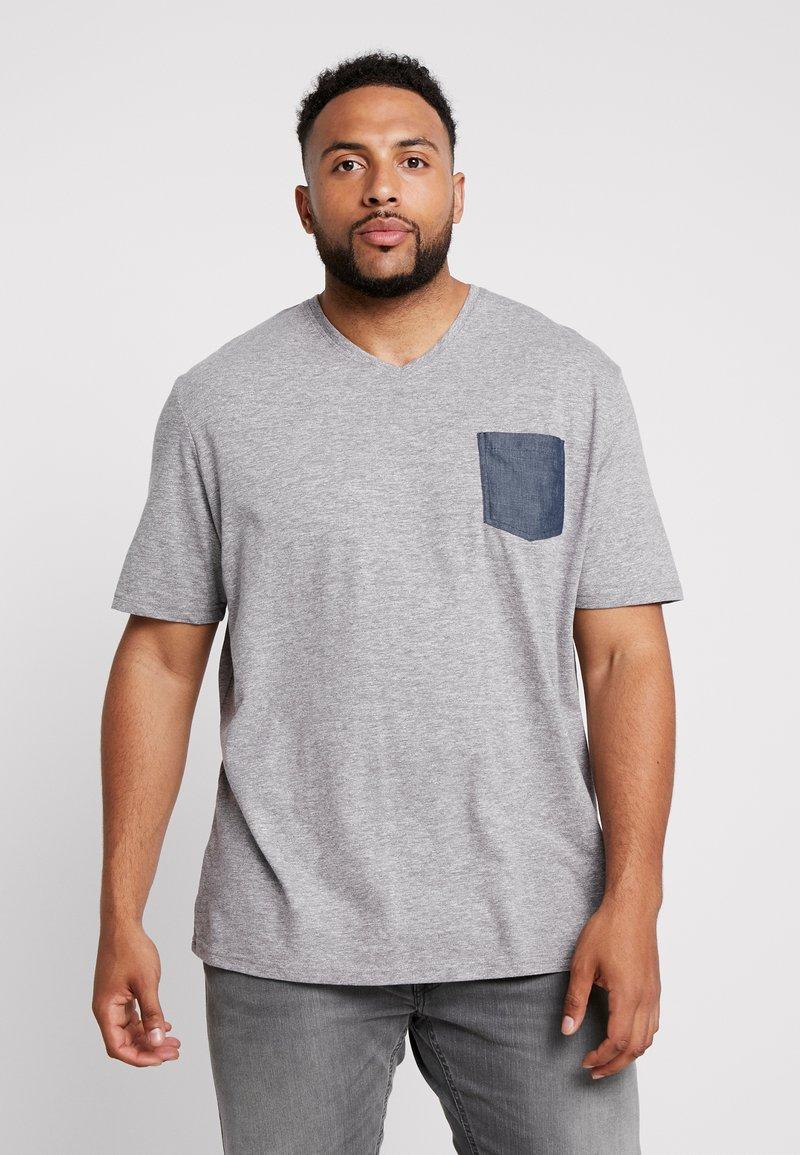 TOM TAILOR MEN PLUS - WITH POCKET - T-shirt print - sky captain blue/white melange