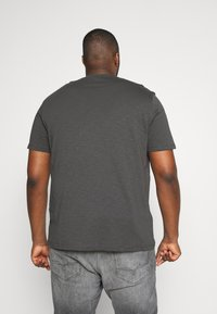 TOM TAILOR MEN PLUS - SLUB WITH PRINT - Print T-shirt - tarmac grey - 2