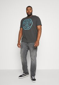 TOM TAILOR MEN PLUS - SLUB WITH PRINT - Print T-shirt - tarmac grey - 1
