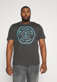 TOM TAILOR MEN PLUS - SLUB WITH PRINT - Print T-shirt - tarmac grey - 0