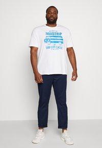 TOM TAILOR MEN PLUS - CASUAL  - Print T-shirt - white - 1