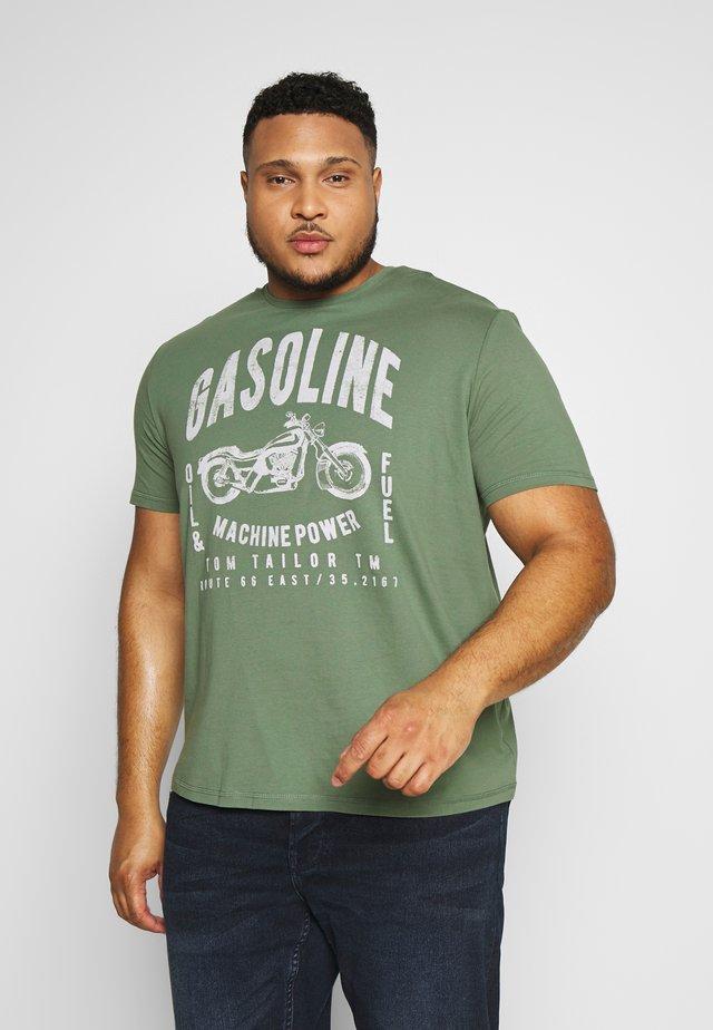 GASOLINE - T-shirt med print - pale bark green