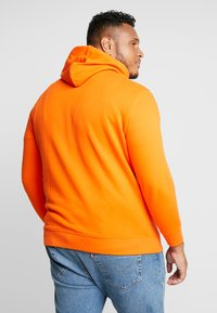 TOM TAILOR MEN PLUS - HOODY WITH PRINT - Bluza z kapturem - caramel orange - 2