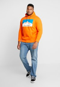 TOM TAILOR MEN PLUS - HOODY WITH PRINT - Bluza z kapturem - caramel orange - 1