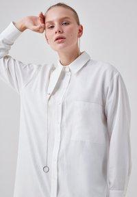 Touché Privé - ORGANZA - Button-down blouse - ecru - 4