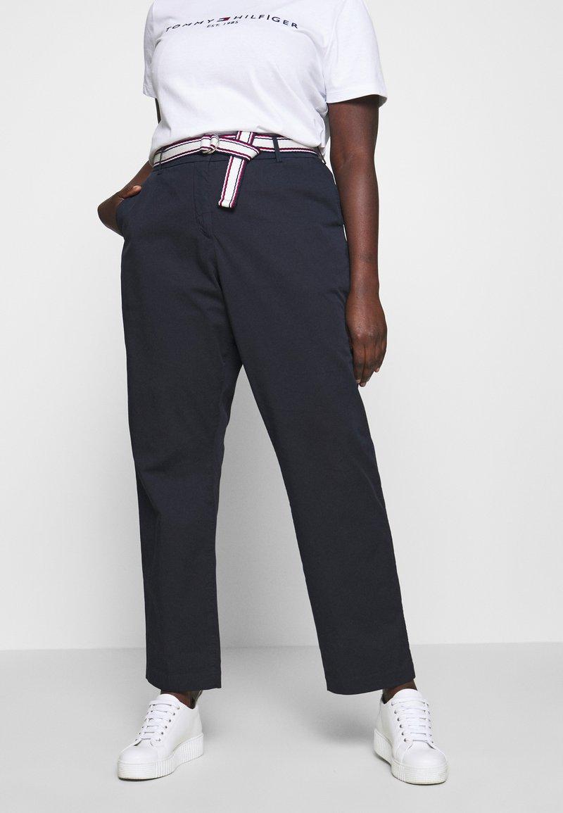 Tommy Hilfiger Curve - SLIM PANT - Pantalon classique - desert sky