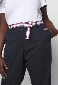 Tommy Hilfiger Curve - SLIM PANT - Pantalon classique - desert sky - 3