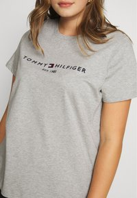 Tommy Hilfiger Curve - TEE CURVE - T-shirt print - light grey heather - 4