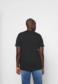 Tommy Hilfiger Curve - TEE CURVE - T-shirt print - black - 2