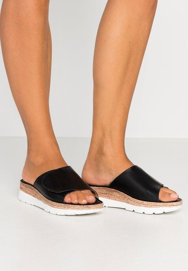 MAYA - Pantolette flach - black