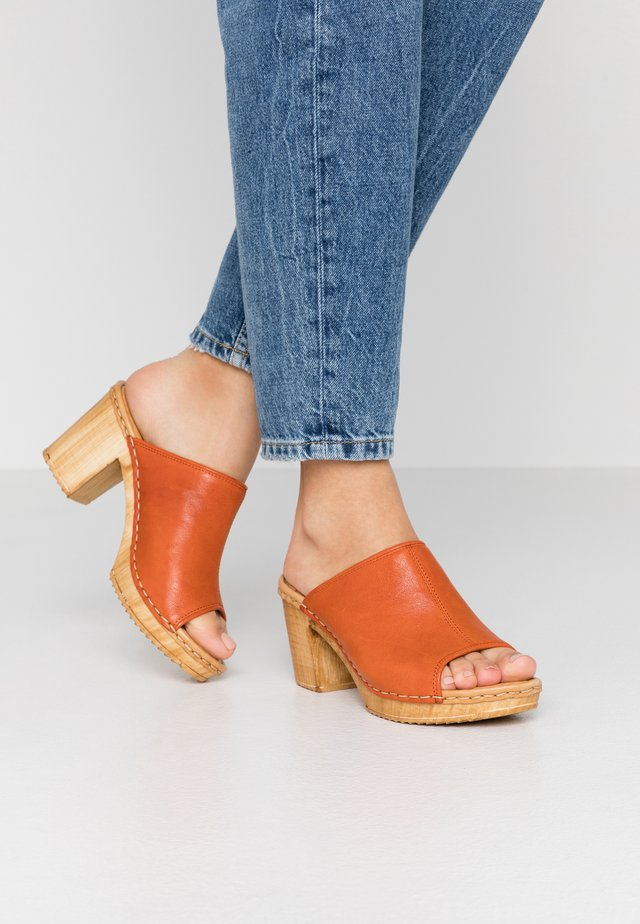 AMELIA - Clogs - orange spic