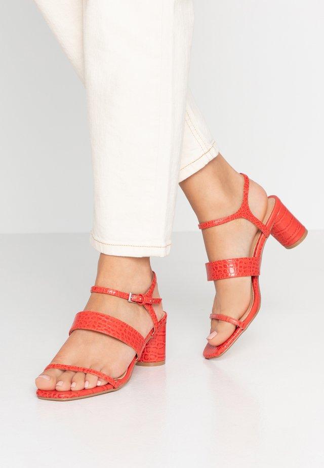 DITA STRAP  - Sandalias - red