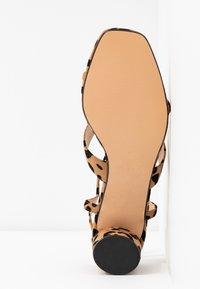Topshop - DITA STRAP  - Sandales - brown - 6