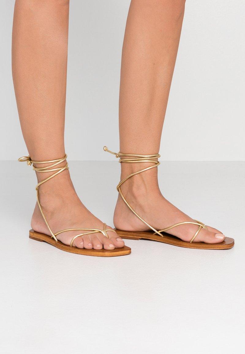 Topshop - FOREST - Sandály s odděleným palcem - gold