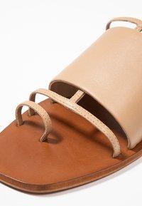 Topshop - FORTUNE - Sandály s odděleným palcem - nude - 2