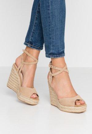 WHITNEY WEDGE - Korolliset sandaalit - sand