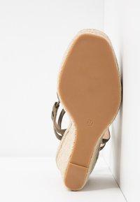 Topshop - WHITNEY WEDGE - Sandály na vysokém podpatku - khaki - 6