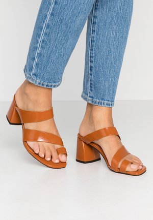 VEGAN REYA TOE LOOP HIGH VAMP - Sandalias de dedo - toffee