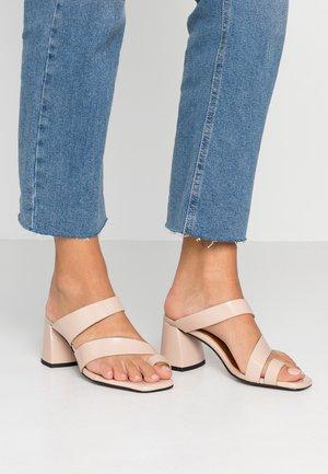 VEGAN REYA TOE LOOP HIGH VAMP - Sandalias de dedo - nude