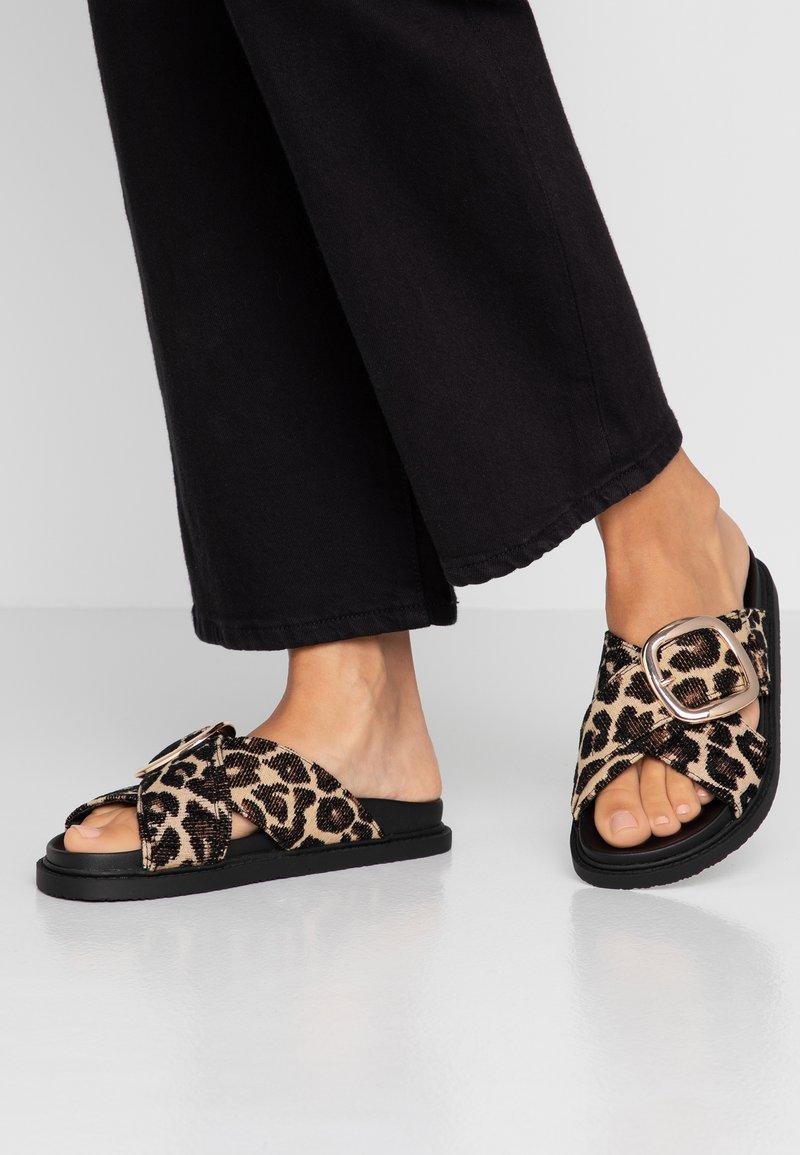Topshop - ROMEO BUCKLE FOOTBED - Sandaler - brown