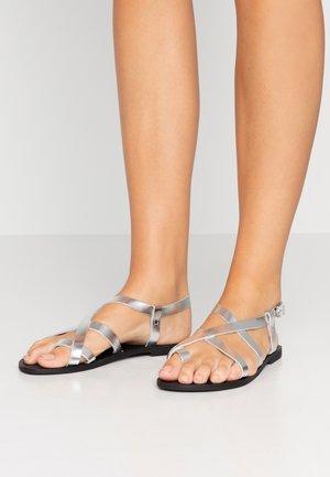 HICCUP  - Sandály s odděleným palcem - silver