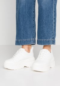 Topshop - CALI CHUNKY TRAINER - Sneakers - white - 0