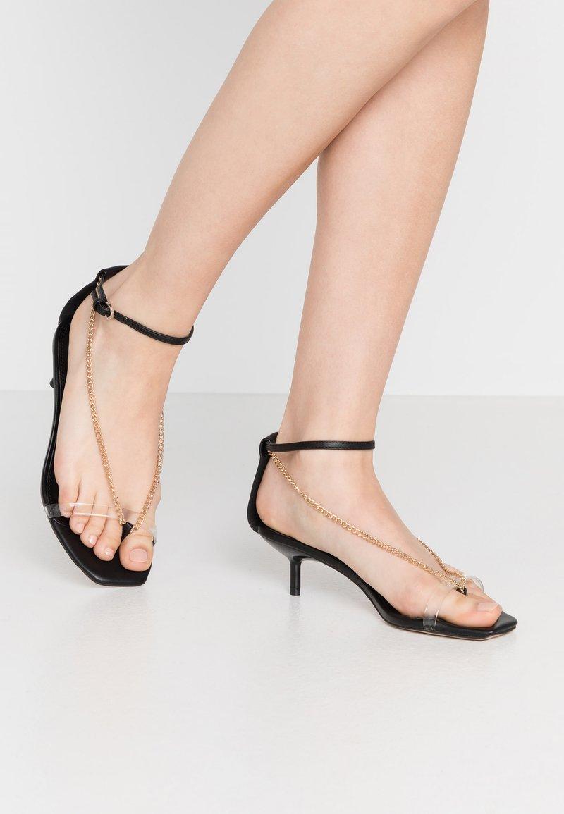 Topshop - RUSH CHAIN MINI HEEL - Sandály s odděleným palcem - black