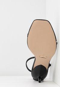 Topshop - RUSH CHAIN MINI HEEL - Sandály s odděleným palcem - black - 6