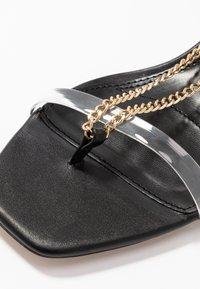 Topshop - RUSH CHAIN MINI HEEL - Sandály s odděleným palcem - black - 2