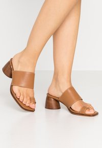 Topshop - VILLAGE TOE LOOP - Sandalias de dedo - tan - 0