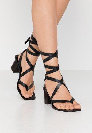 VANITY WRAP BLOCK - Sandály s odděleným palcem - black