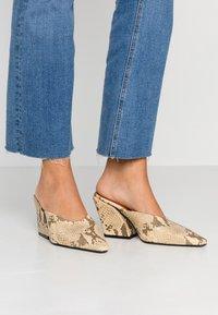 Topshop - VEGAN GWENIE BLOCK MULES - Pantofle na podpatku - natural - 0