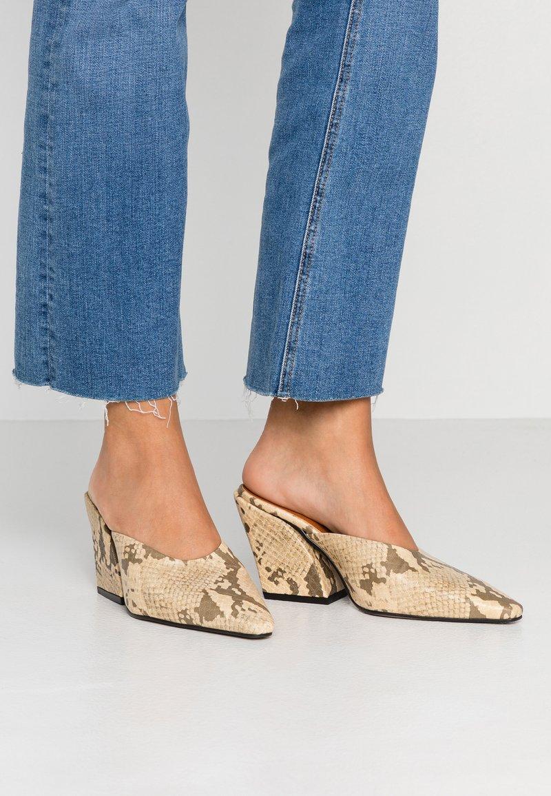 Topshop - VEGAN GWENIE BLOCK MULES - Pantofle na podpatku - natural