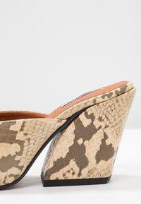 Topshop - VEGAN GWENIE BLOCK MULES - Pantofle na podpatku - natural - 2