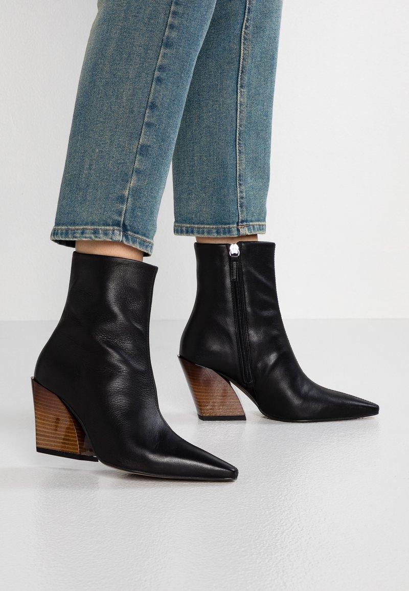 Topshop - HENLEY WESTERN BOOT - Cowboy/biker ankle boot - black