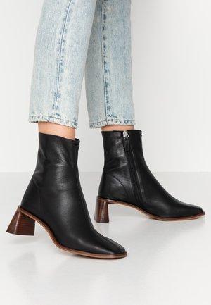 MAJA MID BOOT - Kotníkové boty - black
