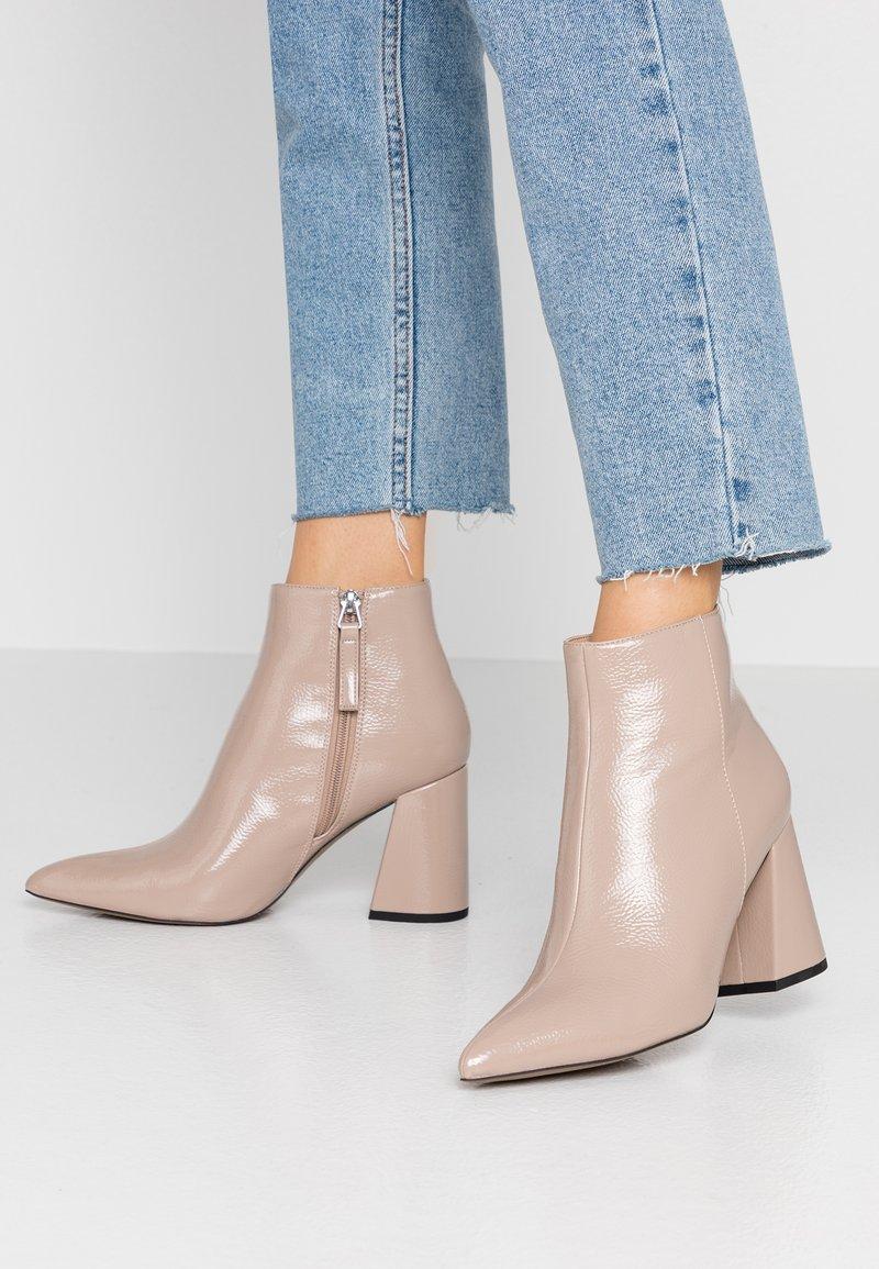 Topshop - HACKNEY POINT - Kotníková obuv na vysokém podpatku - taupe