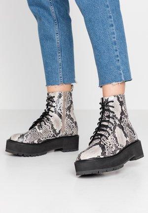 BRAZEN CHUNKY BOOT - Kotníkové boty na platformě - natural