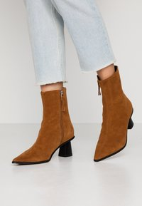 Topshop - MAILE POINT BOOT - Classic ankle boots - tan - 0
