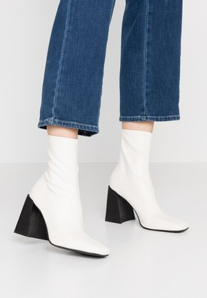 HAMMOND SOCK BOOT - Botki na obcasie - buttermilk