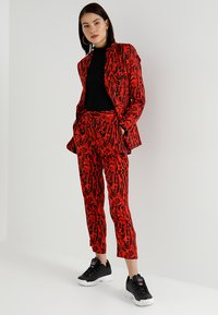 Topshop - LEOPARD SUIT TROUSERS - Tygbyxor - red - 1