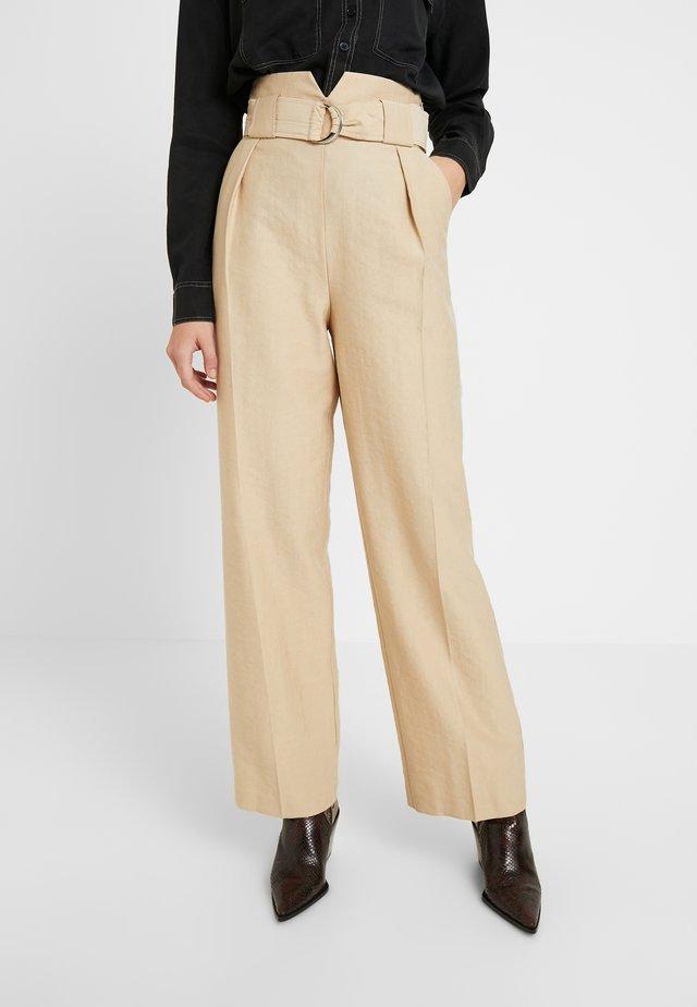 SLOUCH PEG - Pantalones - sand