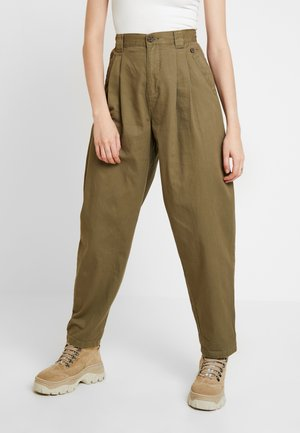 CAITLIN MENSY - Pantalon classique - khaki